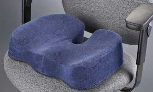 Ортопедическая седушка снизит давление на тазовое кольцо, копчик и крестец, нормализует кровообращение в органах малого таза, препятствуя развитию геморроя и других заболеваний, связанных с застоем крови