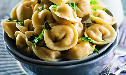 Пельмени являются жирным блюдом. Но кроме жирного мяса в них добавляют специи: соль, перец, что явно противопоказано при описанном недуге