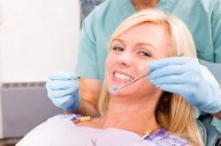 Осмотр у стоматолога при нарыве на десне