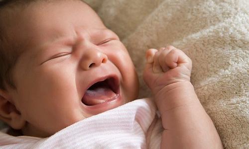 Основное проявление заболевания: припухлость (выпячивание) в области паха может увеличиваться в момент плача ребенка